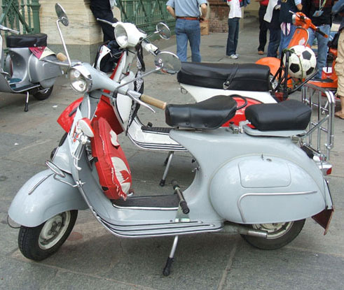 Scooter Vespa in bella mostra in piazza Castello